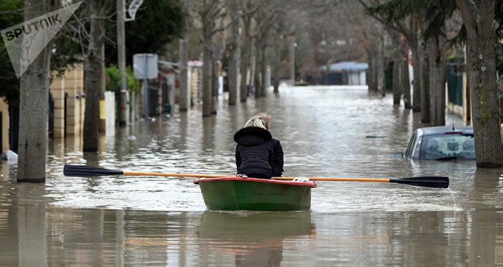 Одна из парижских улиц, затопленная из-за прошедших ливневых дождей. Архивное фото