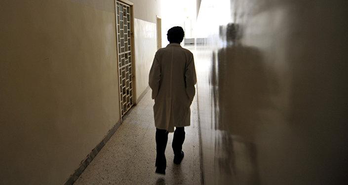 Врач идет по коридору психиатрической больницы. Архивное фото
