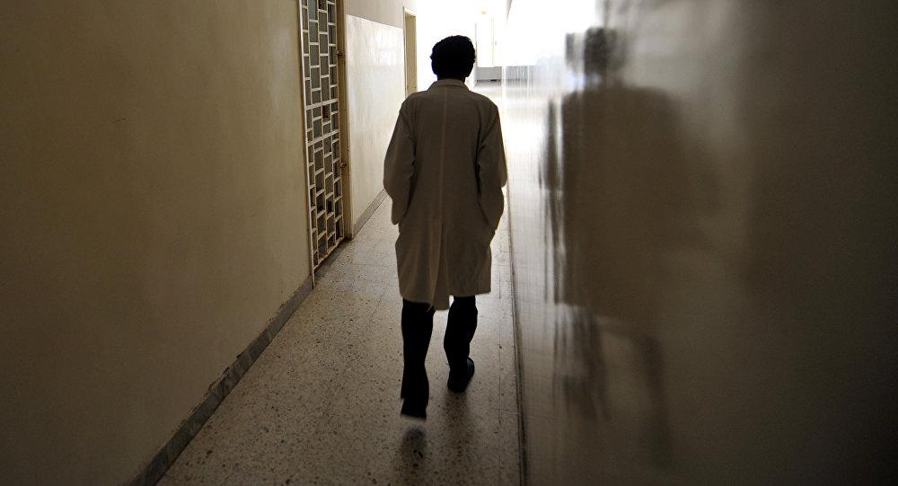 Медициналык кызматкер психиатрикалык ооруканын коридорунда. Архив