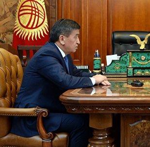 Президент Сооронбай Жээнбеков премьер-министр Сапар Исаковду кабыл алуу учурунда. Архив