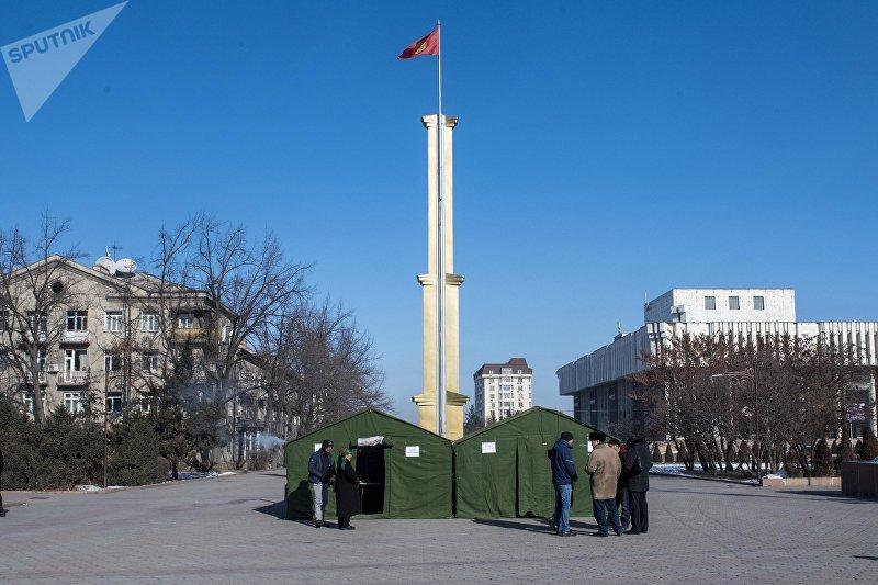 Палатки для обогрева жителей Бишкека напротив мэрии столицы