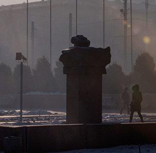 Прохожие на одной из улиц в Бишкеке. Архивное фото