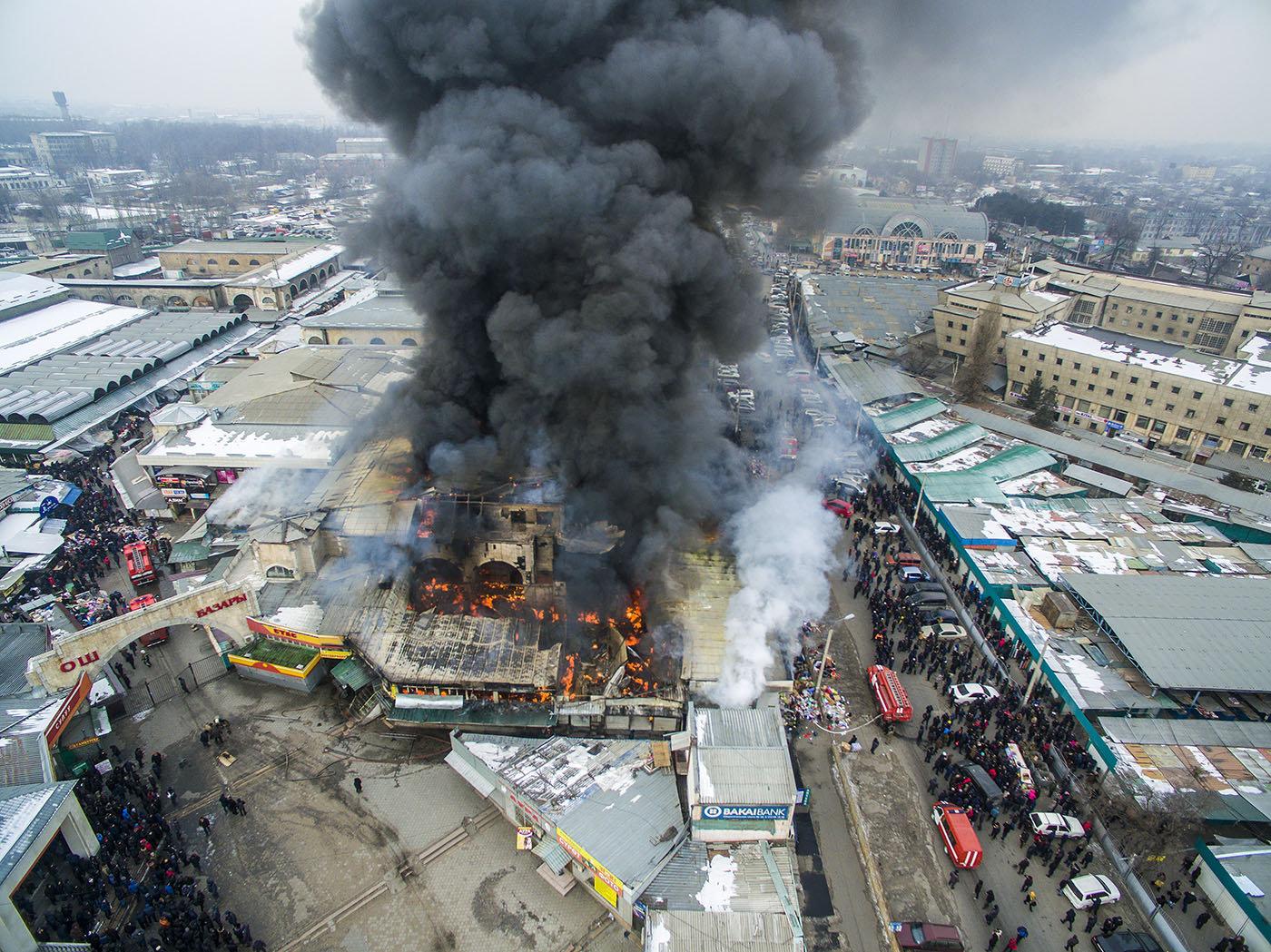 Фотофакт: крупный пожар на Ошском рынке