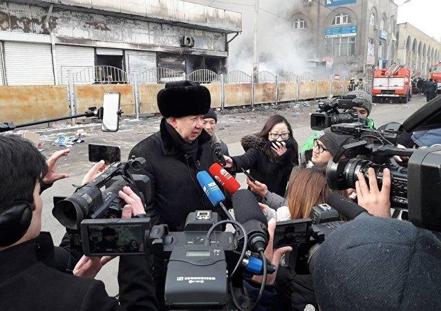 На Ошский рынок, где произошел крупный пожар, приехал министр чрезвычайных ситуаций Кубатбек Боронов