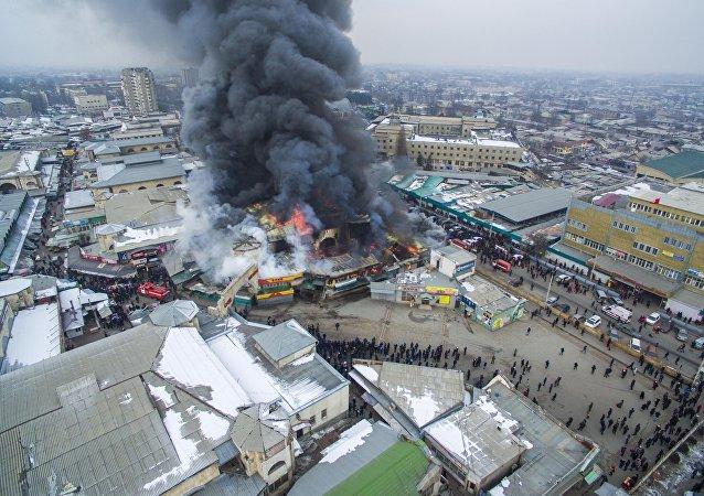 Возгорание на территории Ошского рынка началось во вторник утром. Площадь пожара составила 3,5 тысячи квадратных метров.