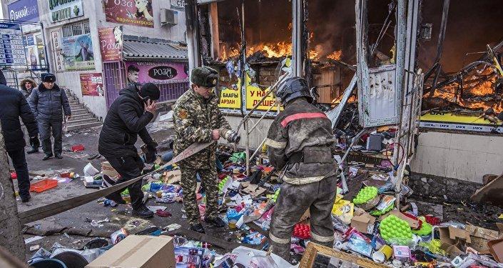 Сотрудники МЧС КР тушат пожар на территории Ошского рынка в Бишкеке