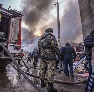 Сотрудник МЧС на месте крупного пожара на территории Ошского рынка в Бишкеке