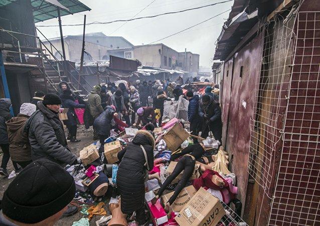 Люди спасают товар после крупного пожара на территории Ошского рынка в Бишкеке