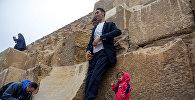 Гиннестин рекорддор китебине кирген эки адам Египеттин туризм боюнча кеңешинин чакыруусу менен пирамидалардын жанында кезикти