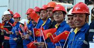 Рабочие на церемонии открытия главного корпуса новых энергоблоков ТЭЦ г.Бишкек
