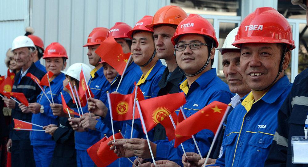 Кыргызстандын желегин кармаган Кытай жарандары. Архив