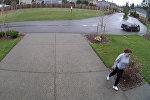 Мгновенная карма: воровка повредила ногу, пытаясь украсть посылки