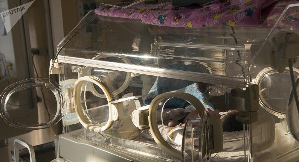 Новорожденный ребенок в перинатальном центре. Архивное фото