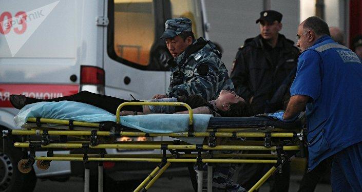 Сотрудник скорой помощи эвакуирует пострадавшего с места происшествия. Архивное фото