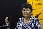 Бишкек мэриясынын Борборлоштурулган китепканалар тармагынын башчысы Күлсайра Дандыбаева Sputnik Кыргызстан радиосуна маек куруп жатканда