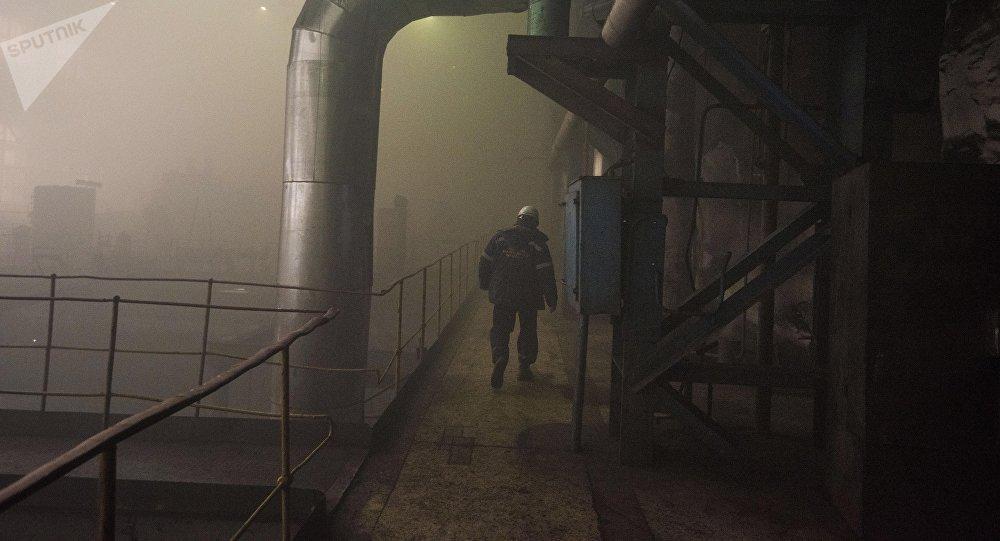 Работник Бишкекского теплоэлектроцентраля на старом энергоблоке