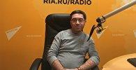 Шеф-редактор телеканала Drive Илья Межибовский во время интервью на радио Sputnik