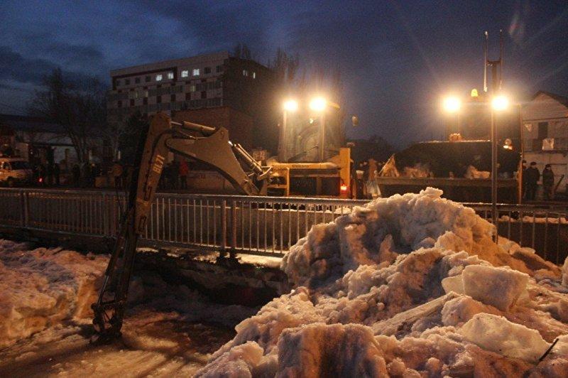Спехтехника МЧС устраняет последствия затопа реки Ала-Арча в Бишкеке
