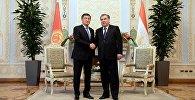Пезидент Кыргызстана Соронбай Жээнбеков на встрече с главой Таджикистана Эмомали Рахмоном в ходе официального визита в Душанбе