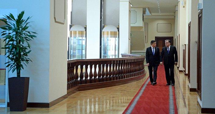 Кыргызстандын президенти Сооронбай Жээнбеков менен тажикстандык кесиптеши Эмомали Рахмон. Архив