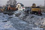 Расчистка русла реки Ала-Арчи от накопившегося слоя льда