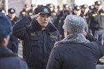 Сотрудник ГУВД Бишкека во время присвоения звания младшего лейтенанта 20 сотрудникам службы Мобильного батальона 102