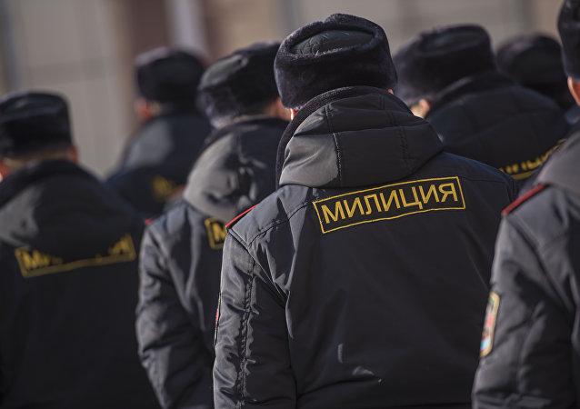 Сотрудники ГУВД Бишкека во время присвоения звания младшего лейтенанта 20 сотрудникам службы Мобильного батальона 102