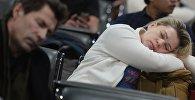Женщина спит в аэропорту. Архивное фото