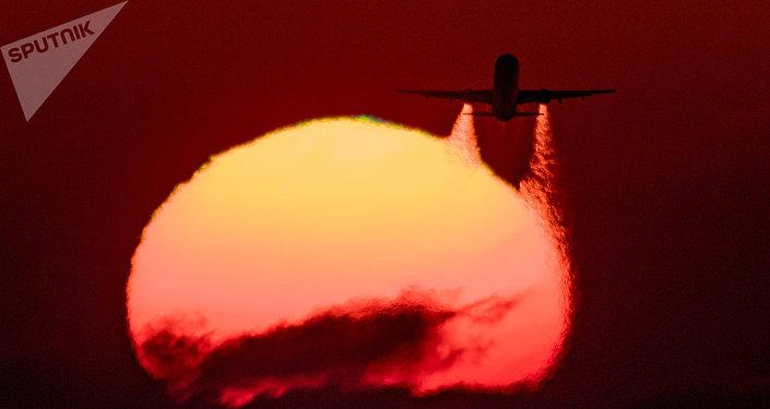 Летящий самолет. Архивное фото