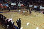 Школьник-баскетболист стал местной легендой после этого броска — видео