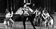 Балетмейстер и народный артист СССР Чолпонбек Базарбаев во время выступления