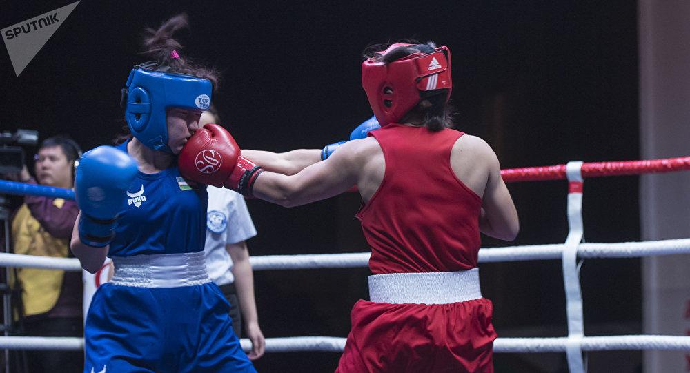 Кыздар арасындагы бокс боюнча турнир. Архивдик сүрөт