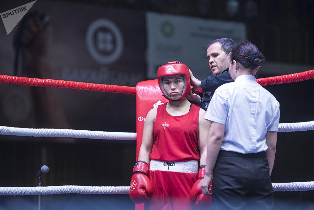 Девушкам выдали защитные шлемы. На фото: боксер из Таджикистана Мадина Гафурова.