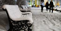 Скамейка занесенная снегом. Архивное фото