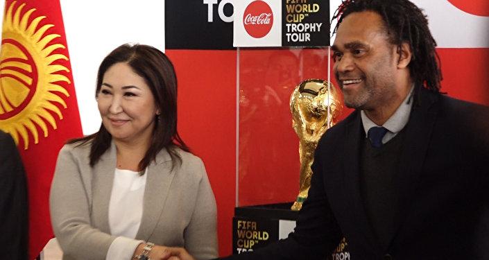 Ак калпак для чемпиона мира по футболу и золотой кубок в Бишкеке — видео