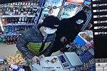 Разбойное ограбление магазина в Бишкеке попало на камеру наблюдения