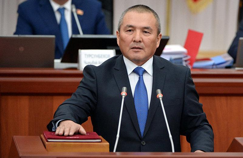 Министр транспорта и дорог Кыргызской Республики Жамшитбек Калилов во время принесения присяги перед народом, депутатами и президентом в Жогорку Кенеше.