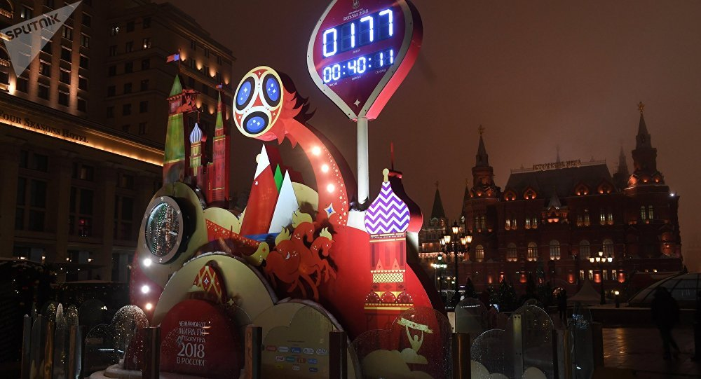 Часы обратного отсчета и инсталляция с символикой Чемпионата мира по футболу-2018 на Охотном ряду в Москве. Архивное фото