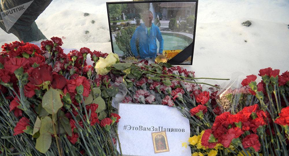 Цветы в память о погибшем летчике майоре Романе Филипове у здания министерства обороны РФ в Москве.
