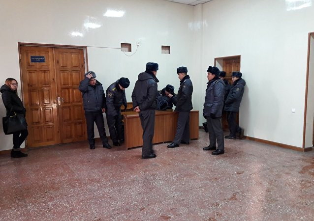 Сотрудники милиции в зале суда над депутатом Жогорку Кенеша КР Аиды Саляновой в Бишкекском городском суде