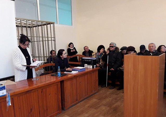 Люди в зале суда над депутатом Жогорку Кенеша КР Аиды Саляновой в Бишкекском городском суде