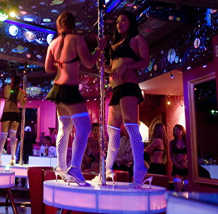 Девушки танцуют в ночном клубе. Архивное фото