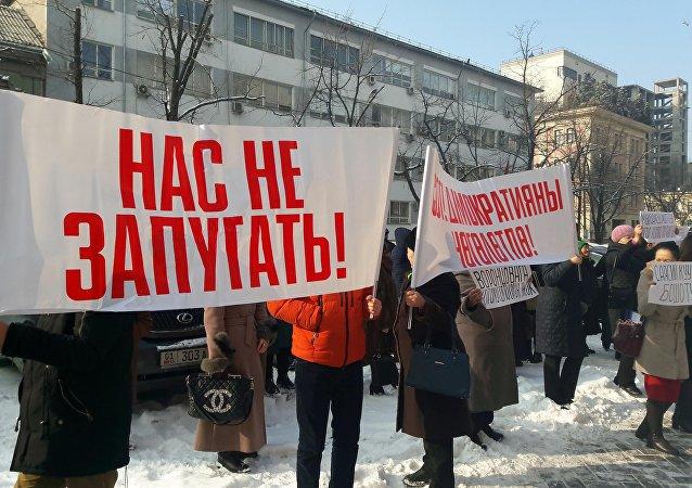 Сторонники депутата Жогорку Кенеша КР Аиды Саляновой у Бишкекского городского суда