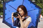 Девушка фотографирует. Архивное фото
