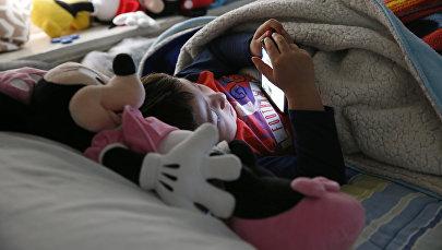 Ребенок с смартфоном. Архивное фото