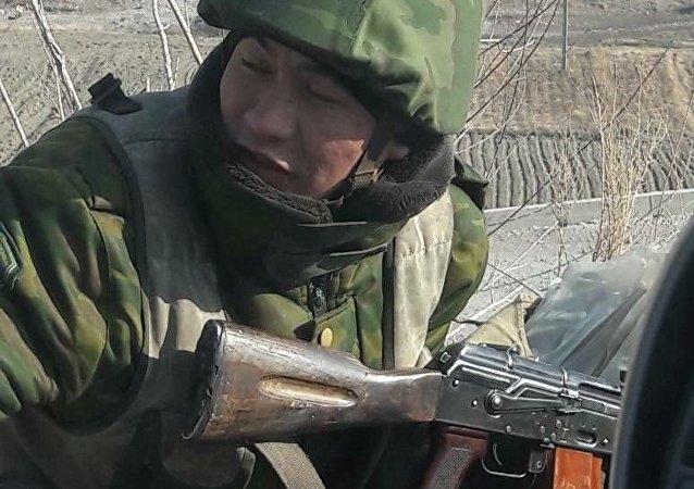 Военнослужащий на границе Кыргызстана и Таджикистана, где таджиской стороной были приостановлены пропуск лиц, транспортных средств и грузов