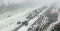 Более 70 машин разбились на трассе в США из-за гололеда — видео