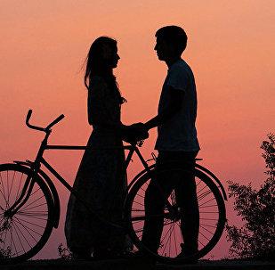 Пара у велосипеда. Архивное фото