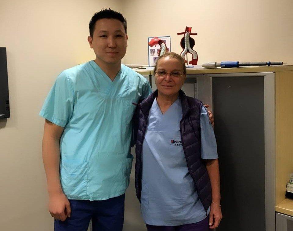 Рентгенохирург, специалист по медицинской радиологии Руслан Шаршебаев с коллегой