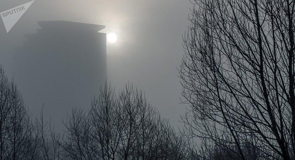Вид на одно из зданий в туманную погоду. Архивное фото